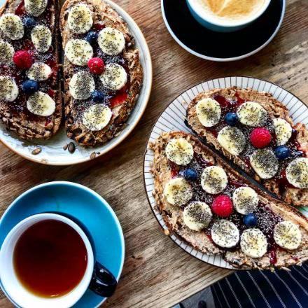 Tostadas de Mantequilla de cacahuete, mermelada de frutos rojos, plátano, frutos rojos y chía